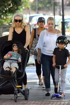Gwen Stefani has a zoo day with Kingston and Zuma