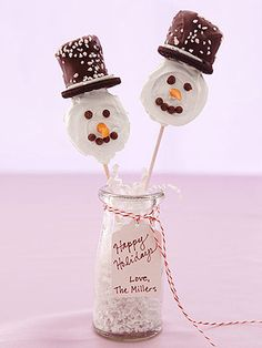 Snowman Pops. Oreo cookies and melting chocolate. DIY Christmas dessert or make bouquet for gift.