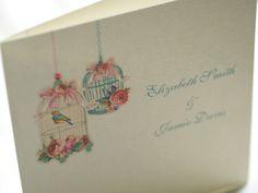 Invitaciones de boda con dibujos a mano, por ejemplo de jaulas de pájaros, son un gran sello para plasmar el toque vintage.