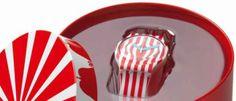 Dulce San Valentín con Swatch Las bandas rojas y blancas imitan un bastón de caramelo y en el centro de la esfera lleva un corazón como prueba de amor.