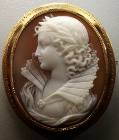Carved sardonyx shell cameo depicting a woman in Renaissance dress, mounted In 18k gold - France, c.1860.