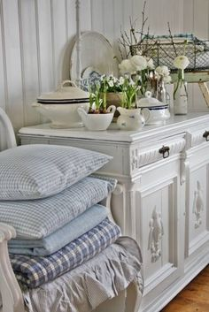 love the furniture, stacked linens,