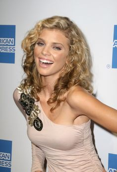 AnnaLynne McCords long sexy curly hairstyle