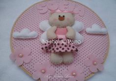 Quadro Bastidor Ursa Anjinha Personalizado com o nome do bebê 22 cm de diâmetro R$ 68,00