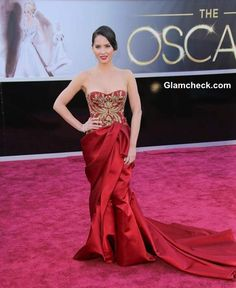 Olivia Munn sported an exquisite red gown at Oscars 2013