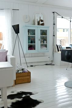 the white wooden floors!