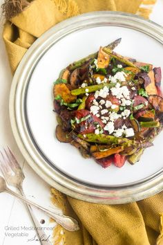 Grilled Mediterannean Vegetable Salad - A SUPER easy side dish that is BIG on flavour AND healthy!   Foodfaithfitness.com   #recipe #salad #meatlessmonday
