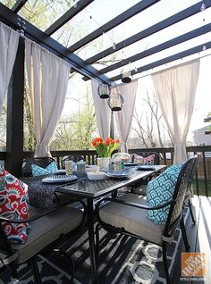The Hampton Bay Fall River outdoor dining set looks great under a beautiful new pergola. Click through to see the very clever DIYs included in this gorgeous deck makeover by blogger Jen Stagg.