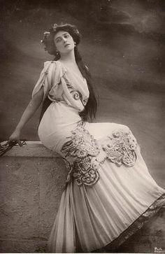 Liane de Pougy, courtisane de la Belle Époque, née en 1869 et morte en 1950.