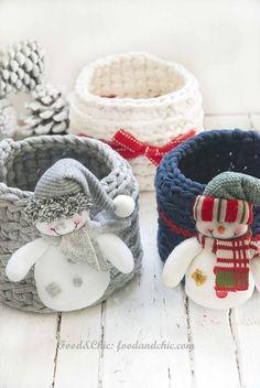 Cestas de crochet decoradas para regalos de Navidad
