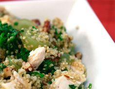 1/2 taza de quinoa Sal y pimienta a gusto 2 cucharadas de aceite de oliva o tu aceite favorito 1 cucharada de vinagre de manzana o de vino Una pechuga de pollo (limpia o