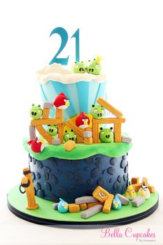 Un espectacular tarta Angry Birds, de Bella Cupcakes, via www.fiestafacil.com / A spectactular Angry Birds cake, by Bella Cupcakes, via www.fiestafacil.com