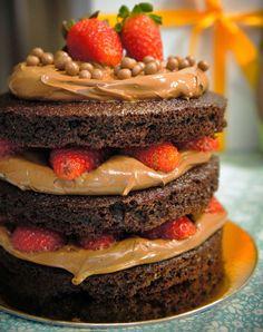 Massa de Cacau e Iogurte, mousse de chocolate e morangos frescos