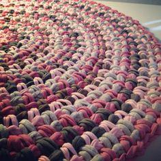 Trapillo T-shirt yarn rug    by OsaEinaime שטיח חוטי טריקו בסריגה למרווחים    עושה עיניים