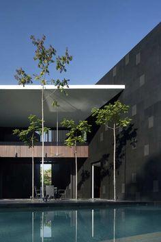 Black & White House / Formwerkz Architects
