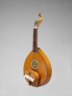 A cittern from mid to late 18th century made in London. The key mechanism on this is really interesting and unique.