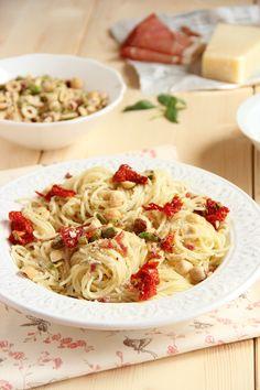 Pasta con frutos secos, tomatitos y hierbas.