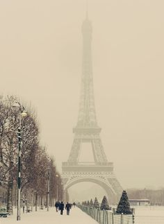 Paris when there's snow.how beautiful.