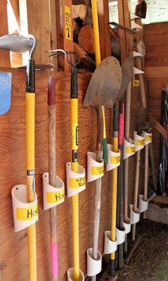 Pequenos pedaços de canos, servem para organizar o material de jardinagem e ferramentas :)