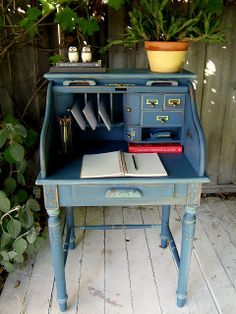 I really want to play with some crappy furniture in our basement (School of Restoration: DIY Chalk Paint)