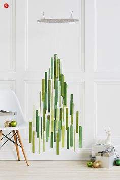 ÁRBOL DE NAVIDAD PALOS DE POLO  http://www.curbly.com/users/confettipop/posts/15635-how-to-make-a-stylish-hanging-christmas-tree-mobile