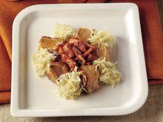 Lahanalı Bonfile Dilimleri  Lahananın dış yapraklarını atarak ayıklayın. Lahanayı jülyen doğradıktan sonra 2 çorba kaşığı zeytinyağı ve defneyaprağı ile geniş bir tencerede soteleyin. 5 dakika sonra 4 çorba kaşığı elma sirkesi ekleyip ocağın altını kısın. Bir tutam tuz ile tatlandırıp 10-12 dakika pişirin. Yapışmaz yüzeyli tavada kalın şerit kesilmiş dana bacon'ı…