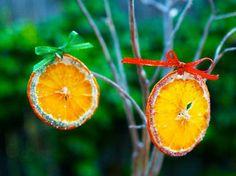 Tra le decorazioni di Natale fai da te non potete dimenticare le arance secche. Un'idea fruttata per delle decorazioni di Natale a prova di originalità. http://www.arturotv.tv/cucina-ricette/natale/decorazioni-natale-fai-da-te-arance-secche