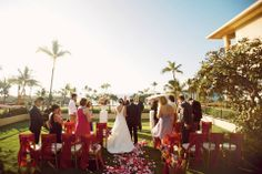 Plumeria Gardens lights up fuschia in this gorgeous wedding. Photographed by @Anna Kim