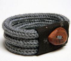 Brazalete o pulsera hecha con cordones de tricotín