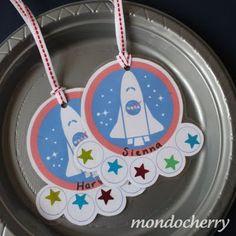 Gafetes espaciales para los invitados//A small bite of mondocherry: more space party details...