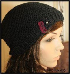 Eine einfache und doch besondere Mütze in schwarz, mit einer Spitze und einem Strassknopf.