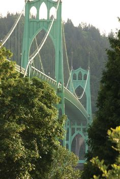 Portland, Oregon: The St. Johns Bridge spans the Willamette River.