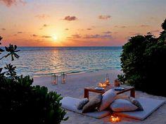 Gorgeous! Picnic on the beach at sunset~ perfection! #coastalliving #coastalentertaining