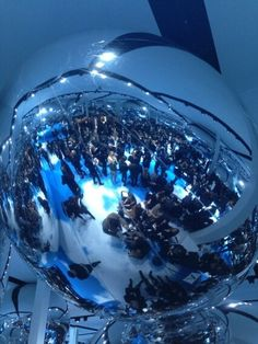 D'énormes ballons argentés en guise de décor au défilé #Dior #PFW