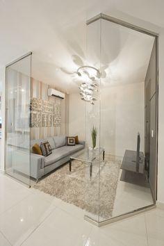 Las divisiones de vidrio aíslan esta salita, a la vez que mantienen una sensación de amplitud y de continuidad con el resto del hogar.  Ellas Interiores
