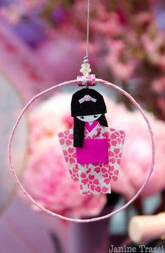 Muñecas japonesas con kimonos hechas de papel como decoración, podrían ser un detalle original para regalar a los invitados de la fiesta. X