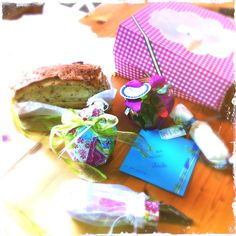 - Parmesan Taler  - Limetten-Pfeffer-Butter  - Limoncello Kuchen im Weckglas  - Besteck und Servierte (darf doch beim Picknick auch nicht fehlen, oder?!)  - ein paar persönliche Zeilen aus meiner Küche  und  - Zwiebelbrot