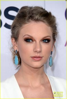 Taylor Swift in Sutra Earrings - People's Choice Awards 2013 Red Carpet