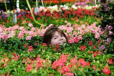 enfant tout en fleurs