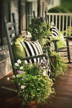 Front Porch Decor - love the flower container combinations!