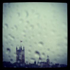 A rainy view from Lambeth Bridge in #London this morning 8°C | 46°F #BurberryWeather
