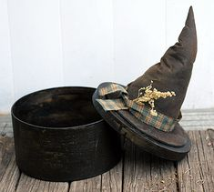 INSPIRATION - Witches hat box (Source : http://www.primitive-folk-art.com/2009/10/primitive-witch-hat-box/)