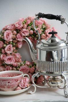 4:00 Tea...and Silver kettle stand with warmer// Tetera de Plata amb peu també de plata que té incorporat un bullidor d´aigua per mantenir la temperatura.