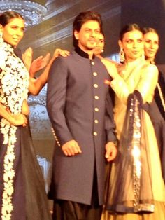 SRK on the ramp at HNY Trailer Launch - 14 Aug 2014