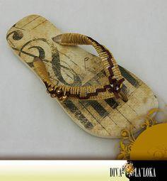 Havaianas customizadas, decoupage motivo musical, tiras com trançado de macramê em fio de algodão, aplicação de fita de cetim e bolinhas de cristal douradas. R$ 45,00