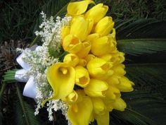 Lindo bouquet de noiva em tulipas amarelas e copo de leite amarelo ouro e ramos brancos envolto do buque, todas as flores em silicone material perfeito, pois imitam perfeitamente uma rosa natural, tanto pelo toque quanto pela aparência  Disponível em vários tons me consultem!  Bouquet contém total de 50 flores entre tulipas grandes e pequenas   e copos de leite igaualmente, com cabo trançado perfeito e STRAS por todo ele, e para fechar esta jóia um lindo broche em STRASS!
