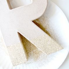 Create this DIY glitter dipped monogram for under $5! (adds a modern touch to your front door.)