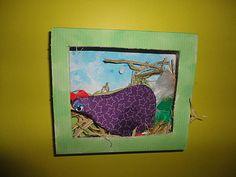 """des boîtes évidées sur le devant pour le """"poulailler"""", un peu de paille au fond, et peinture à l'éponge (pour le fond aussi, en décor, même si on ne le voit pas trop sur les photos).  - des gabarits de poulettes recouverts de serviettes en papier déchirées et collées. + un oeil...            Les pattes de poules sont pliées et agrafées pour garder le relief."""