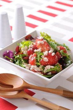"""""""Salad of a strawberry and cottage cheese"""" - japanese recipe/食卓も華やか!いちごとカッテージチーズのサラダ"""