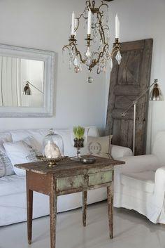 #livingroom #kroonluchter #spiegel #tafel #bank